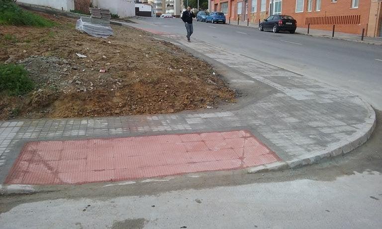 El Ayuntamiento de Huelva construye un nuevo acerado en la barriada de Los Rosales