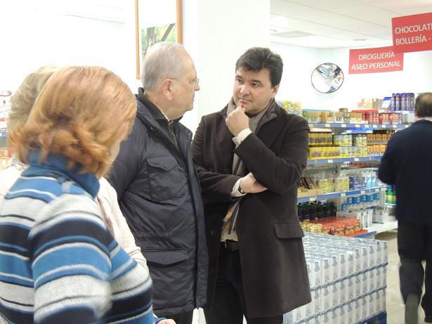 El alcalde de Huelva en el economato Resurgir, uno de los beneficiados por los pagos