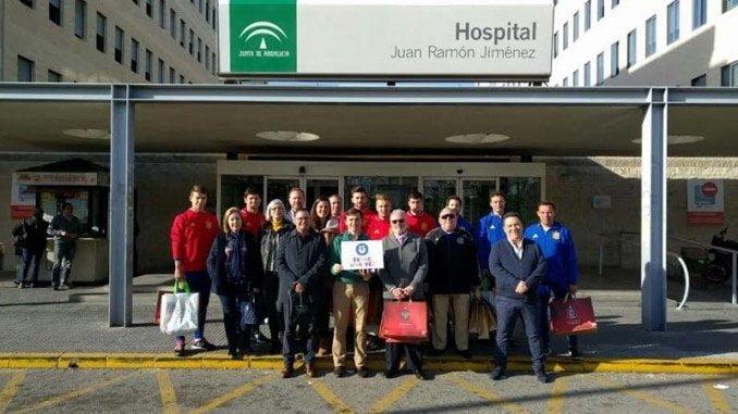 La Selección Española de Fútbol sub-19 visita a los niños onubenses hospitalizados de la mano de la asociación 'Érase una vez...'