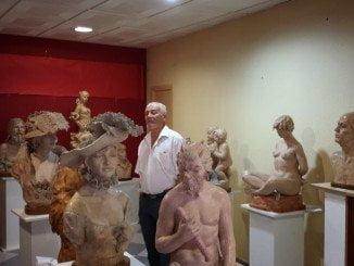 El escultor Gregorio Bermejo es uno de los participantes en esta muestra de Caja Rural del Sur