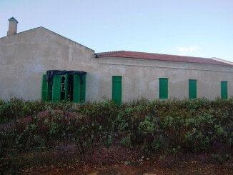 Se ha llevado a cabo el desbroce, adecentamiento y limpieza de la parcela del emblemático edificio