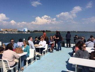 Miembros del Club de Baloncesto Enrique Benítez han podido disfrutar del viaje en el catamarán