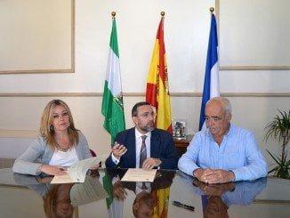 La alcaldesa y el gerente de Adesva firman el convenio junto al concejal de Agricultura