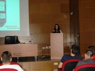 Pilar Sevilla Cubiles se dirige a los alumnos de CC Ambientales