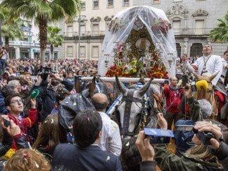 Emigrantes ha sido despedida con una emotiva petalada ante el Ayuntamiento