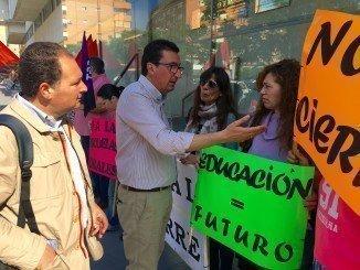 El presidente del PP, apoyando a los padres y madres de los alumnos del Colegio de Los Romeros, que han protestado hoy ante la Educación