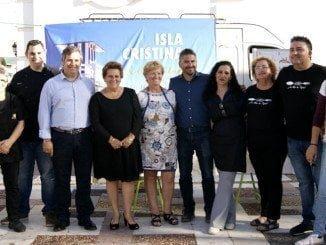 La alcaldesa de Isla y otras autoridades, con los restauradores que han participado en la inauguración de la ruta de la tapa