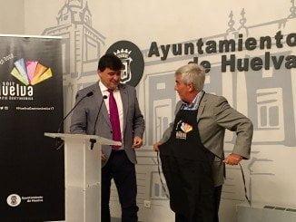 El alcalde y Garrocho, luciendo el delantal de embajador de la candidatura a capital gastronómica