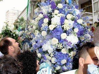 La vicepresidenta de la Diputación Provincial hace entrega del ramo de flores al Simpecado