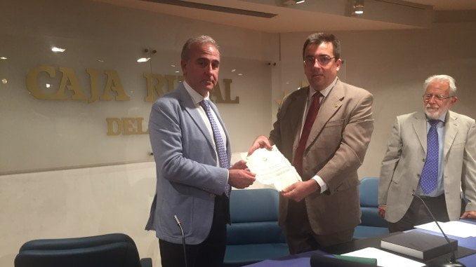El director general de la DOP Jamón de Huelva. Jabugo recibió el premio de manos del presidente del Colegio de Agrónomos.