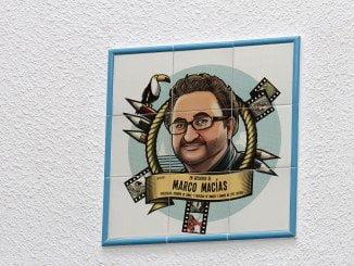 Una placa conmemorativa preside el Hall del centro educativo con diseños del propio Marco