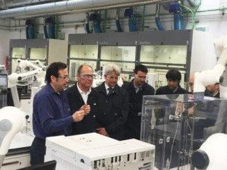 El candidato socialista visita los laboratorios de Cepsa Refinería La Rábida