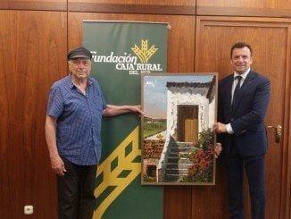 Aramburu junto a la obra que ha entregado al director de la Unidad de Negocio de Caja Rural