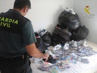 Además de ropa falsificada, se han intervenido 156 pares de zapatillas de deporte y 237 Cd´s