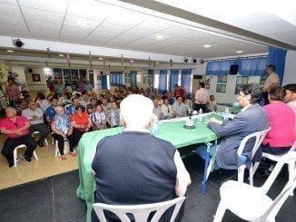 Accionistas minoritarios, abonados y peñistas del Recre están a la espera del paso del alcalde de Huelva-