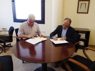 Momento del acuerdo entre el presidente de Aiqbe y el rector de la Universidad Loyola Andalucía