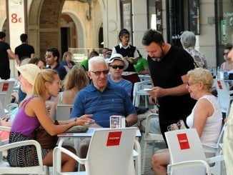 Los turistas, la mayoría del Reino Unido, visitan la ciudad y sus establecimientos y aumentan su gasto