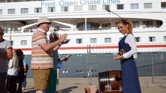 Los cruceristas, la mayoría del Reino Unido,degustan a su llegada a Huelva vino del Condado