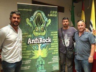 El concejal de Juventud, Natanael López, el presidente de CostaLuz Fest, entidad organizadora, Fredi Vaz y Alejandro Fumado, junto al cartel anunciador