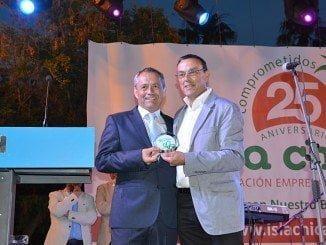 Caraballo ha hecho entrega del distintivo de la campaña al presidente de la AECIC