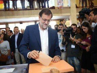 Rajoy ejerciendo su derecho al voto en las elecciones del 26J