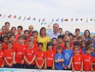 La atleta zaragozana  con los jóvenes atletas de las escuelas deportivas de atletismo de Huelva