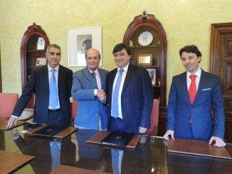 Gabriel Cruz y Antonio Ponce rubrican el acuerdo con un apretón de manos