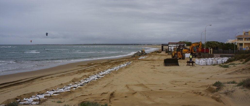 Trabajos de acondicionamiento en la playa de Isla Canela en el mes de junio
