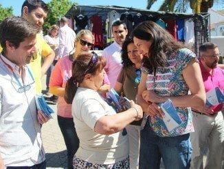 La candidata popular durante un reparto electoral en el mercadillo de Valverde del Camino