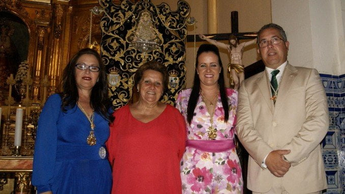 Las nuevas Hermanas Mayores, junto al presidente de la Hermandad y la alcaldesa de Isla