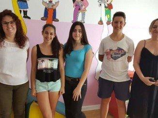 La concejala Nerea-Ortega junto a los compañeros de Yazmine y la directora del CAI