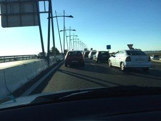Los atascos en el Puente del Odiel son frecuentes y en estas fechas se multiplican