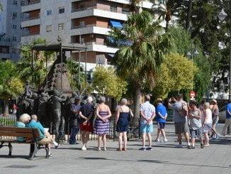Los turistas pasean por las calles de Huelva y visitan los monumentos de la ciudad