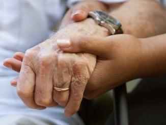 Estos servicios incluyen prestaciones de atención personal, como la ayuda a domicilio