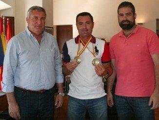 Mostrando orgulloso su oro Francisco Manuel Ojeda, que formaba pareja con su homólogo almonteño