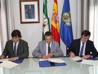 Caraballo y Cruz rubrican el acuerdo junto con el presidente del Consejo de Administración del SGTH