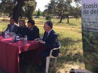 El consejero de Medio Ambiente, junto al alcalde de San Bartolomé, se fueron al propio campo a presentar el ecosistema de la Dehesa.