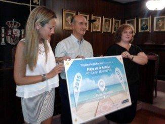 Entrega del diploma de finalista otorgado a La Antilla el pasado año.