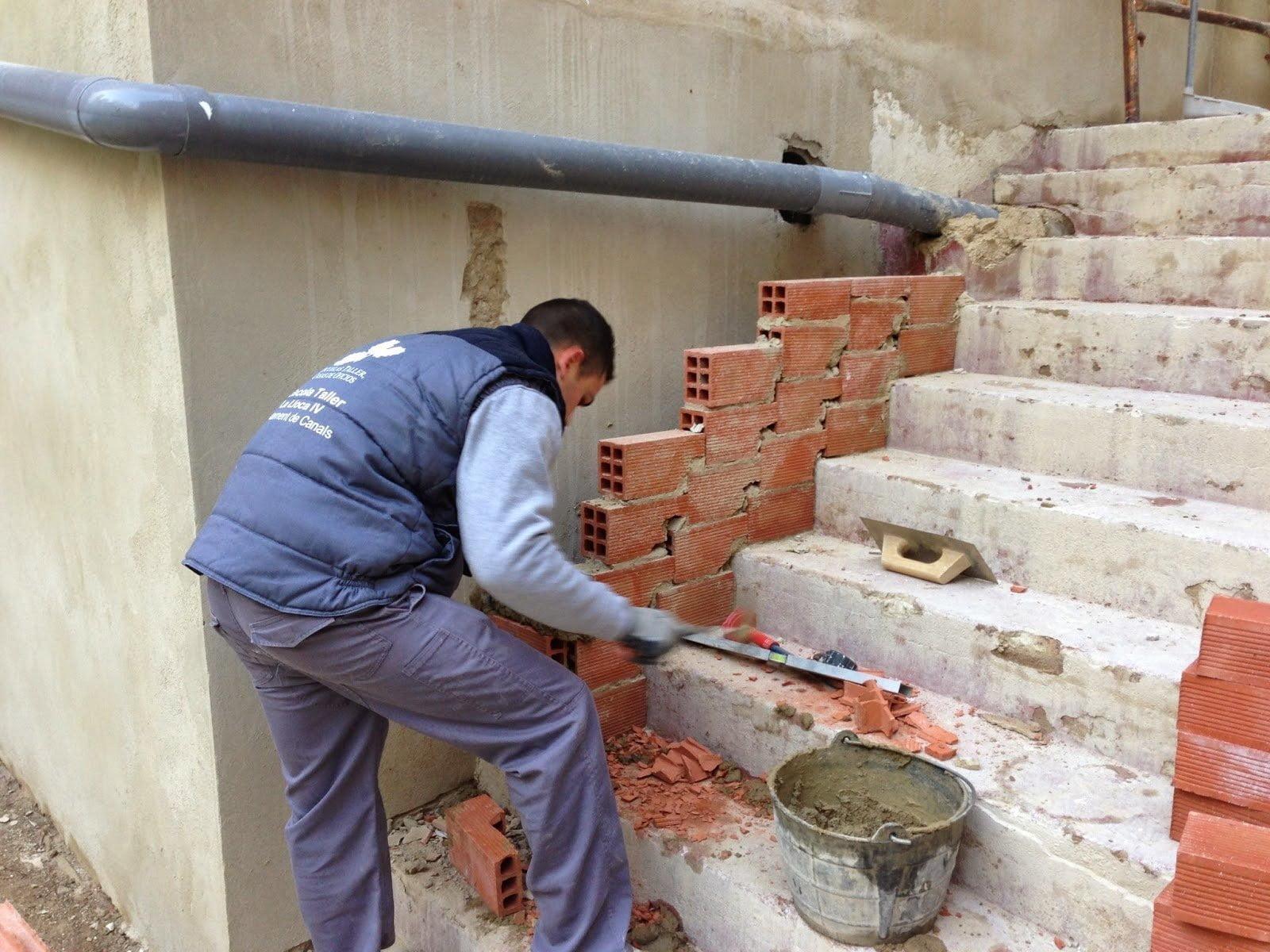 Fallece un trabajador en huelva al caerle encima un carro for Como hacer una escalera de cemento