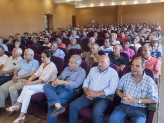 Los agricultores afectados en una reunión con el PP