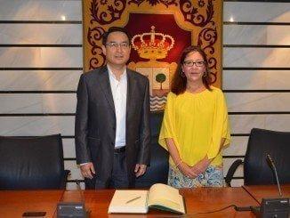 Punta Umbría recibe al embajador Chino Lyu Fan, que asiste al encuentro de familias adoptantes en China