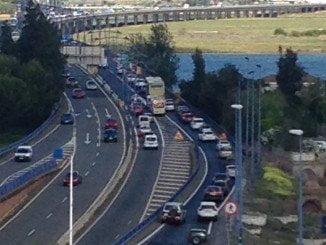 El accidente ha ocasionado importantes retenciones en el puente