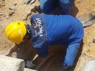 Los operarios de Endesa en plena faena, intentando restablecer el suministro eléctrico