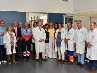 La presidenta de la Junta de Andalucía junto a personal del centro
