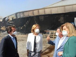Carmen Ortiz y Fátima Báñez durante la visita la fábrica de Ybarra afectada por el incendio