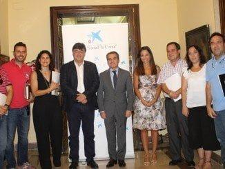 Foto de familia tras la firma del convenio dela Caixa con las entidades