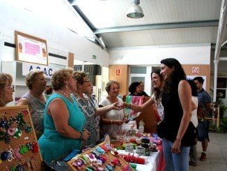 La alcaldesa de Valverde ha visitado el mercado para apoyar las actividades organizadas