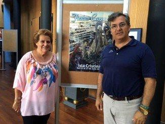 La alcaldesa de Isla y el primer teniente alcalde junto al cartel anunciador de las Fiestas del Carmen