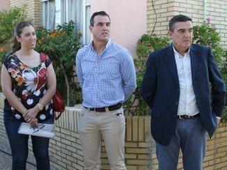Vicente Zarza junto al alcalde de Bollullos y la directora del centro