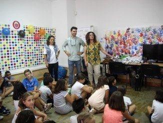 Los niños atienden las explicaciones en el campamento de inteligencia emocional patrocinado por Cuna de Platero